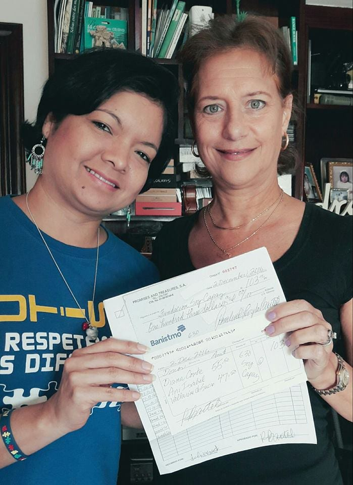 Roz presents Yazmin with a check for Fundacion Soy Capaz